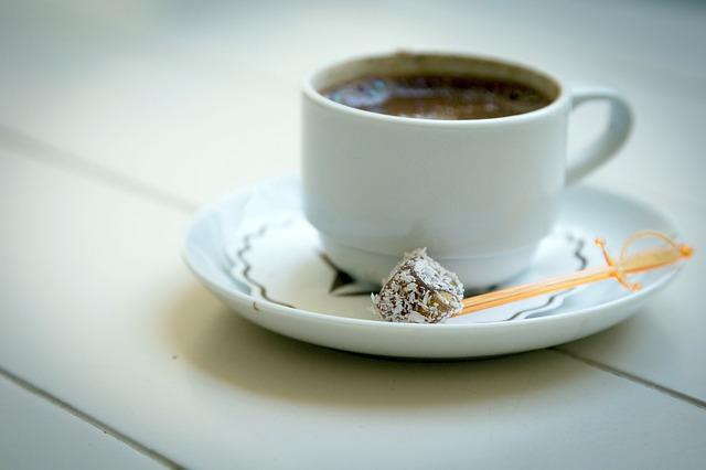 Türk kahvenin yanında su verilmesinin sebebi