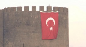 Diyarbakır Sur'a dev Türk bayrağı asıldı