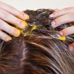 Yumurta sarısı protein ve bir çok aminoasit içerir, bütün bunlar sağlıklı saç uzamasını sağlar. Saç köklerinin tekrardan çıkmasını sağlayan biyotinler içerir.