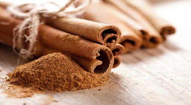 3-Tarçın: Tarçın tüketiminin yağlardan kurtulmak ve kilo vermek için iyi bir yöntem olduğunu biliyor muydunuz? Lezzetli olmasına ek olarak, bazı yiyecekler ve çaylarla karıştırıldığında insülin artışının önüne geçmek için kan şekeri seviyesinin düşürülmesinde oldukça etkili bir yöntemdir. Tarçın ayrıca metabolizma hızınızı arttırmaya yardım edecek çeşitli kimyasal tepkimelere yol açarak vücut ısınızı yavaşça yükseltir. Oluşan bu ısı yükselmesi sayesinde de daha fazla kalori yakılır.