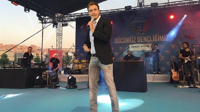 Mustafa Ceceli'ye konserde satırlı saldırı girişimi
