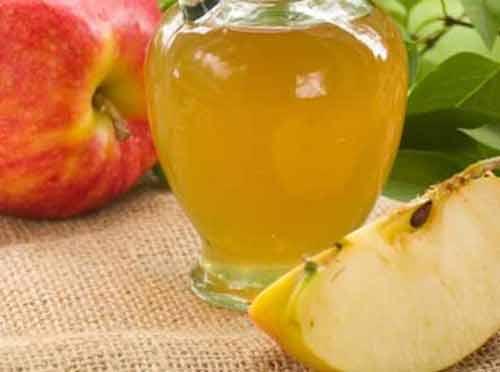 Elma sirkesinin faydaları Ağız kokusunu giderir Antibakteriyel içeriği ağız kokusuyla savaşır. Ağzınızı günde en az bir kere elma sirkesiyle çalkalayın. Kilo vermeye yardımcı Elma sirkesinde bulunan asetik asit açlık hissini ve su kaybını azaltıyor. Elma sirkesi aynı zamanda yağ yakımına yardımcı oluyor. Salatalarınıza iki kaşık ekleyerek elma sirkesini hayatınıza dahil edebilirsiniz. Sağlıklı saçlar Elma sirkesinin faydaları arasında saçlara iyi gelmesi de vardır. Boş bir şampuan kutusuna yarım kaşık elma sirkesi ve bir bardak su koyun. Haftada birkaç kere şampuandan sonra saçlarınızı bu karışımla durulayın. Son görsele geçmek için fotoğrafa tıklayın