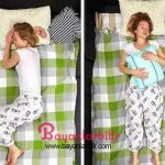Omuz ağrısı En iyi uyku duruşu sırt üstü yatmaktır. Başınızın altına ince bir yastık koyun (ortopedik bir yastık sizin için en iyisi olacaktır). Başka bir yastık alın, mideniz üzerine koyun ve sarın. Omuzlarınız şimdi daha doğru ve kararlı durumda olacak. Sırt üstü uyumayı sevmiyorsanız, yan yatmayı deneyin. Bacaklarınızı hafifçe göğsünüze doğru çekin ve dizlerinizin arasına bir yastık yerleştirin. Omuzun doğal duruşundan uzak olduğu için elinizin başınızın altında kalması önerilmez. Yazımızı okumaya devam etmek için görsele basın ve diğer fotoğrafa geçin.