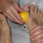 Limonu topuk ve ayak üzerine masaj yaparak 10 dakika uygularsanız grip enfeksiyonunu hızlıca atmış olacaksınız. Limon Suyu, Tuz ve Karabiberi Karıştırın