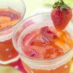 Çilek ve Kivi : Tazeleyici aromasından dolayı bu lezzetli içeceği muhtemelen çok seveceksiniz.Vücudunuza bir çok vitamin girmesini sağlayarak bağışıklık sisteminizi kuvvetlendirecek, sindiriminize, kalp sağlığınıza iyi gelecek ve kan şekeri seviyesini düşürecektir.