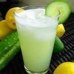 Salatalık, Misket Limonu ve Limon: Bu içecek güneşli günlerde kendinizi tazelemek için harika bir seçenektir ve turunçgillerin tadını çıkarırken salatalığın da faydalarını görürsünüz. İçeriğindeki maddeler bağışıklık sisteminizi kuvvetlendirir, karın şişkinliğini rahatlatır, iştahı kontrol eder ve sindirime yardımcı olur. Özellikle kilo vermek isteyenler için önerilmektedir.