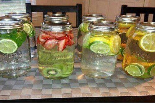 Vitamin Sularını Nasıl Yaparız: Vitamin sularını yapmak çok kolaydır ve her gün aromasını değiştirerek durumu sizin için daha eğlenceli bir hale de getirebilirsiniz. 1-İlk olarak, meyveyi ve şifalı bitkileri ne çeşit bir su istediğinize göre seçin ve bunları güzelce yıkayın. 2-Ardından, meyveyi küp şeklinde doğrayın ya da dilimleyin, bitkilerle beraber 1 litre su ile bir sürahiye koyun. 3-Beş yada altı saat bu suyu buzdolabında bekletin, bu şekilde su içindekilerin rengini, aromasını ve tadını alacaktır. 4-Şimdi bu vitamin dolu suyu keyifle içebilirsiniz ve faydalarının tadını çıkarabilirsiniz!